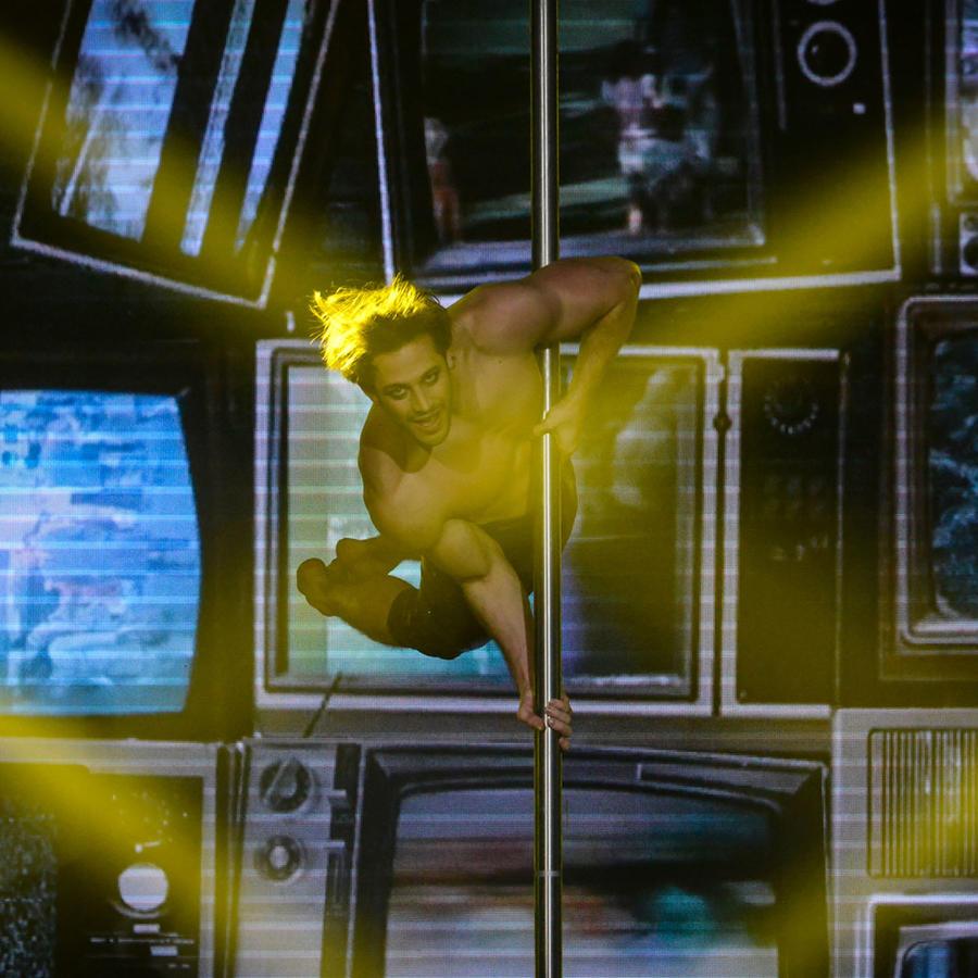 Lambda García en su acto de pole dance en Sí Se Puede