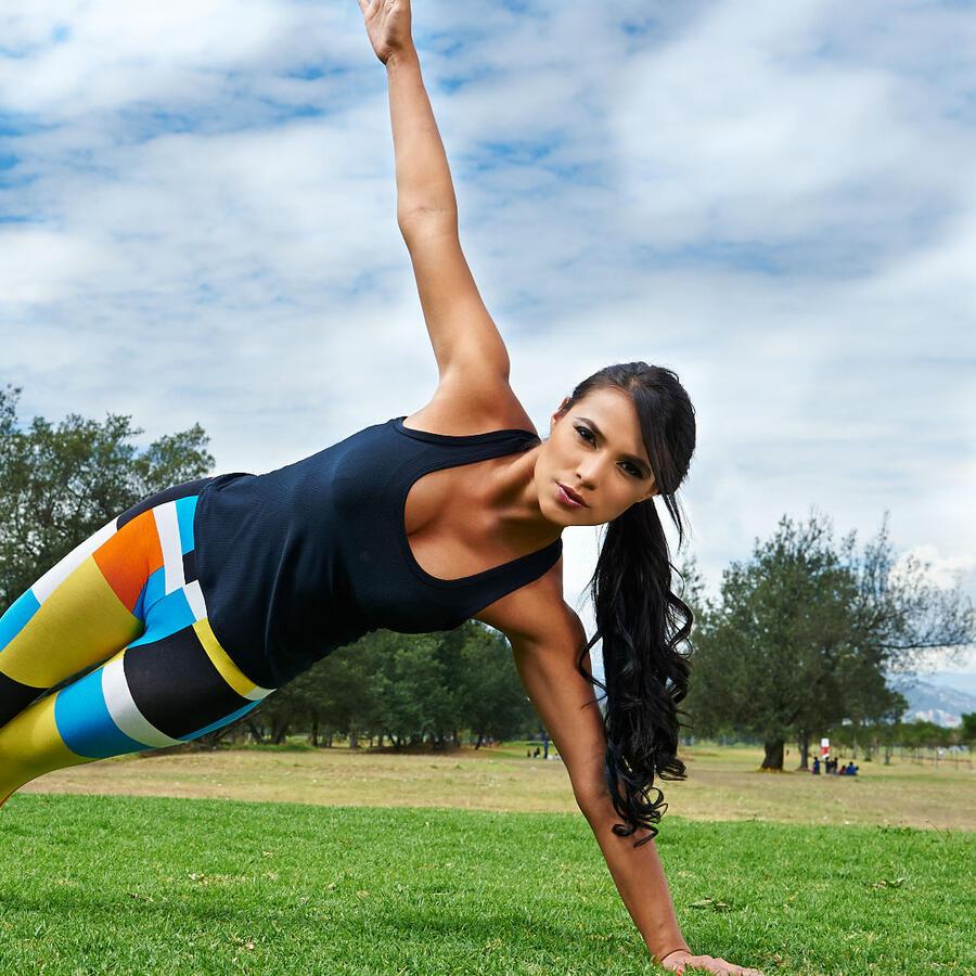 Mujer haciendo ejercicio sobre el pasto