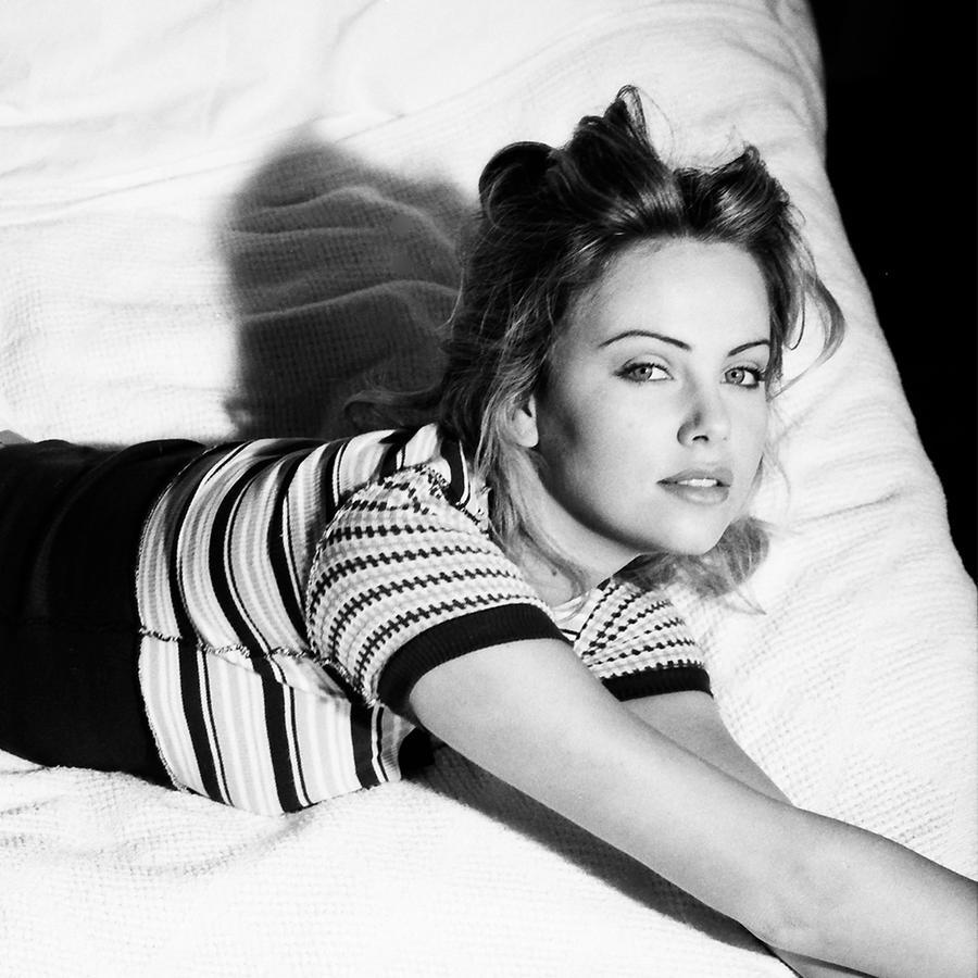 Charlize Theron a los 18 años.