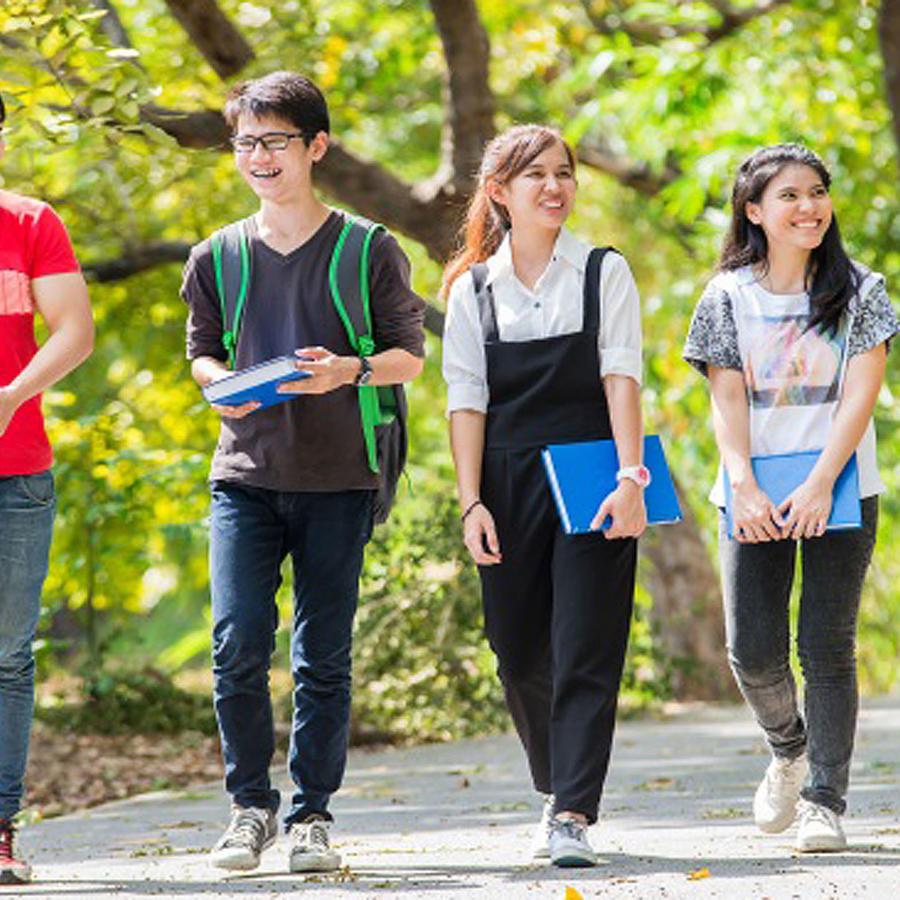 Estudiantes caminando