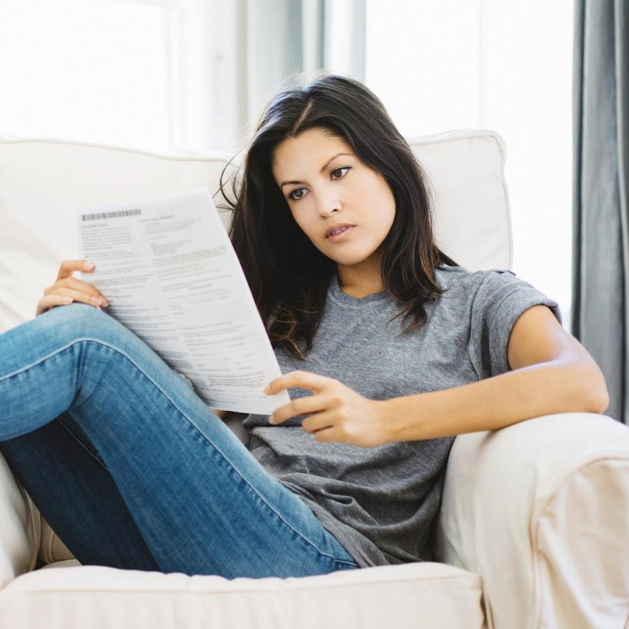 Mujer en sillón leyendo carta