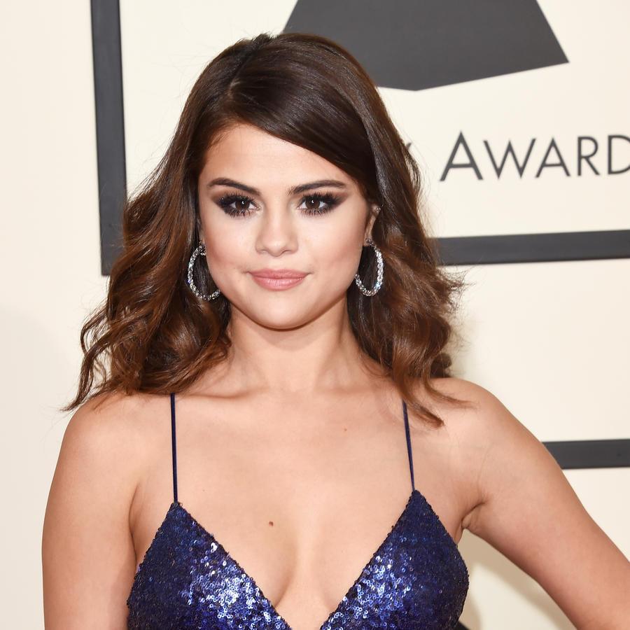 Selena Gomez en la 58th entrega de los GRAMMY Awards