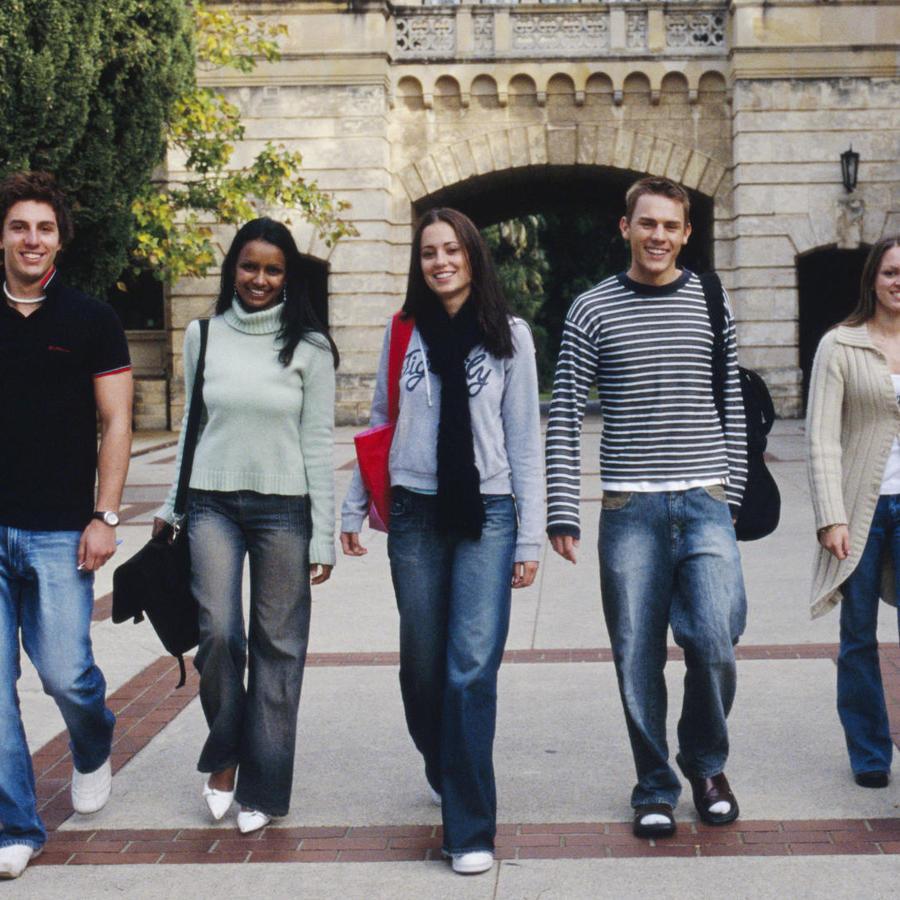 Estudiantes caminando por el campus