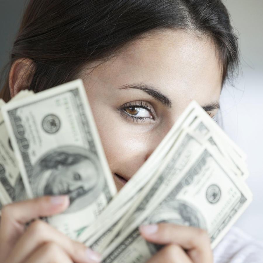 Mujer sosteniendo billetes