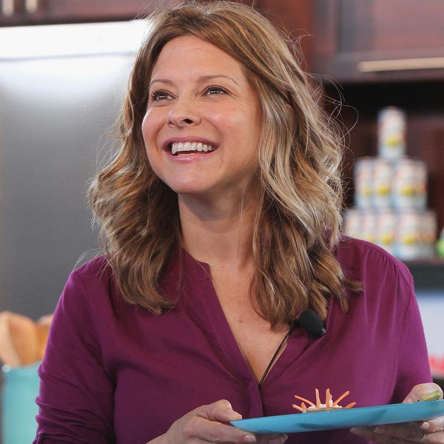Chef Ingrid Hoffmann con blusa morada