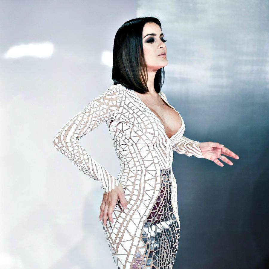 Daniela Navarrocon uno de los escotes más sexis de la alfombra roja de los Premios Billboard 2016