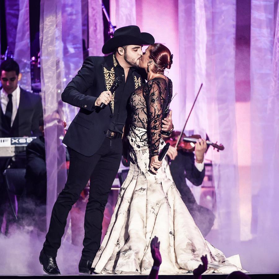 Gerardo Ortíz y Alejandra Guzmán se besan en el escenario de Premios Billboard 2016