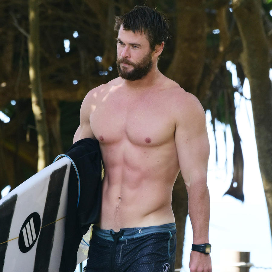 Chris Hemsworth surfeando