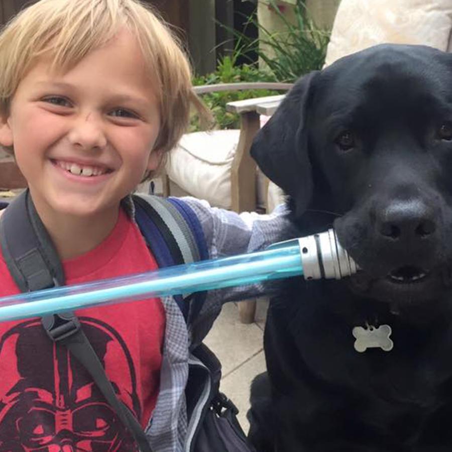 El niño Luke Nutall junto a su perro Jedi en su casa en California. Jedi es capaz de oler los cambios en la sangre de Luke quien padece de Diabetes.
