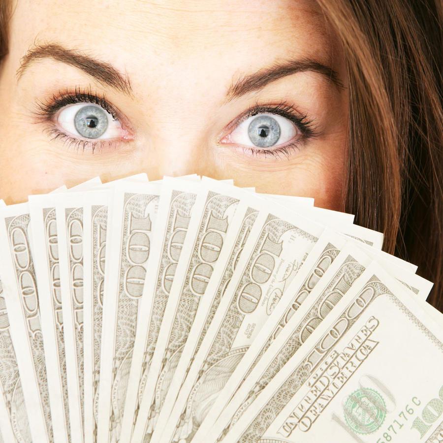 Mujer con billetes de dólar
