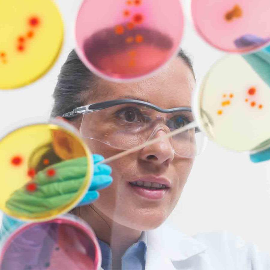 Mujer en laboratorio científico