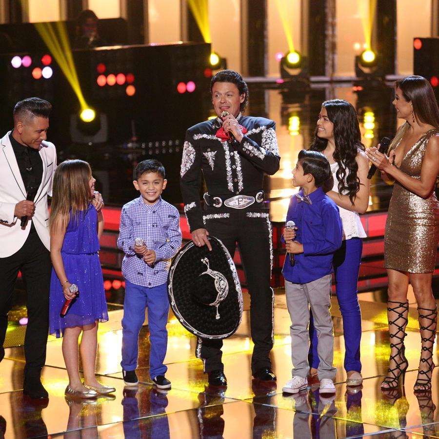 Jorge Bernal y Patricia Manterola con Pedro Fernández y el Team Pedro en la semifinal de La Voz Kids