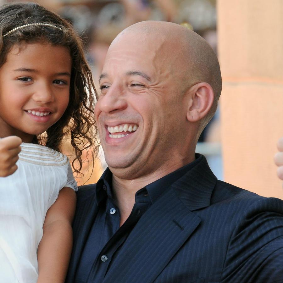 Vin Diesel con su hija Hania poniendo huellas en el Chinese Theatre en California, 2015