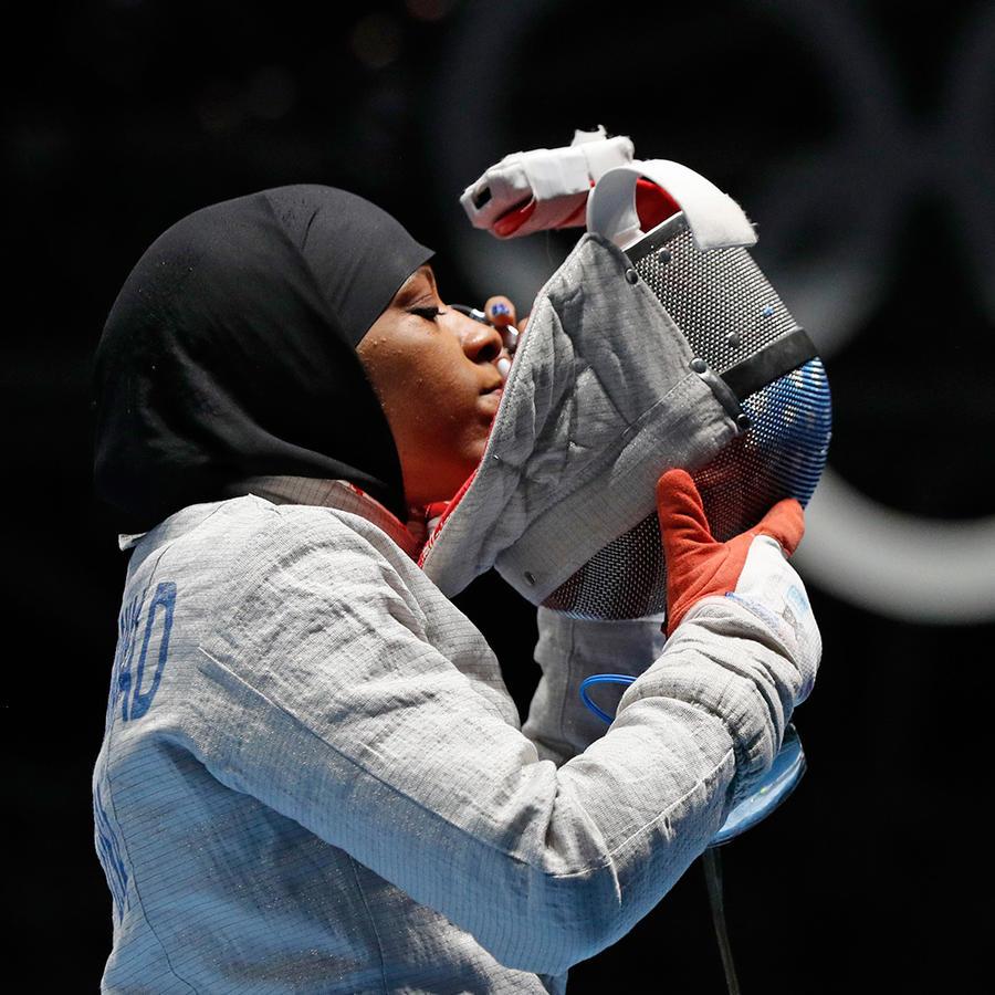 La esgrimista Ibtihaj Muhammad hizo historia al convertirse en la primera estadounidense en competir en unos Juegos Olímpicos vistiendo un hiyab en Río de Janeiro el Lunes 8 de Agoto del 2016