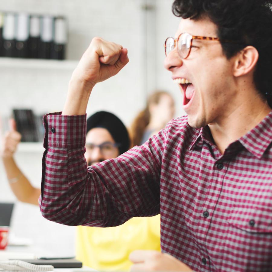 Hombre festejando en la oficina