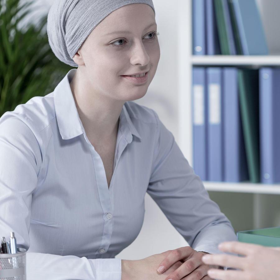 Mujer con cáncer en consultorio médico