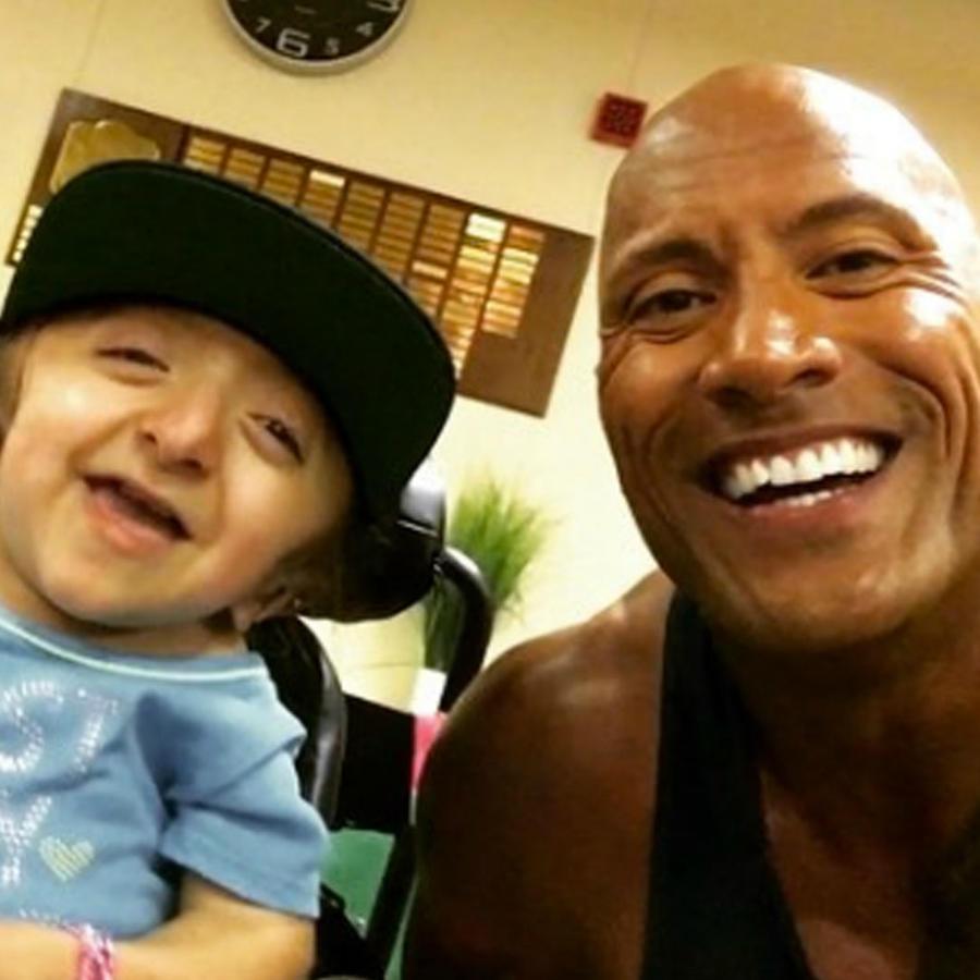 The Rock visita a una fan y sorprende a su familia.