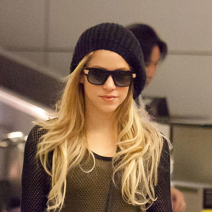 Shakira en el aeropuerto de Los Ángeles, en diciembre de 2013, con el cabello rubio y gorro.