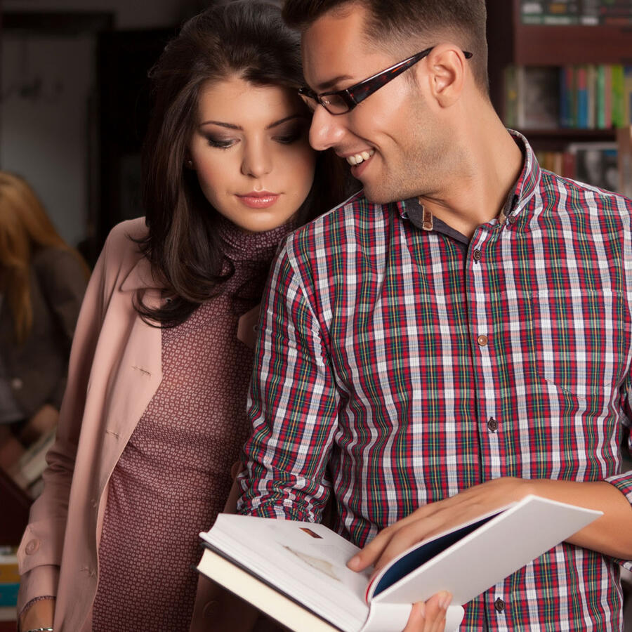 Pareja en librería