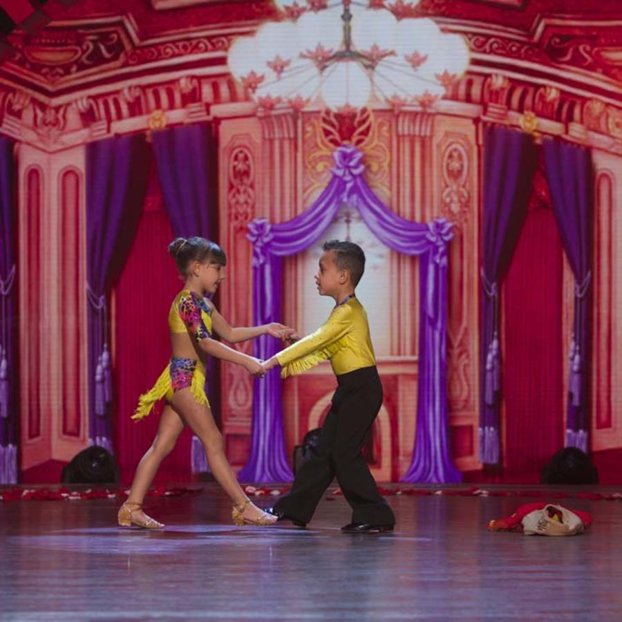Pareja de bailarines de salsa