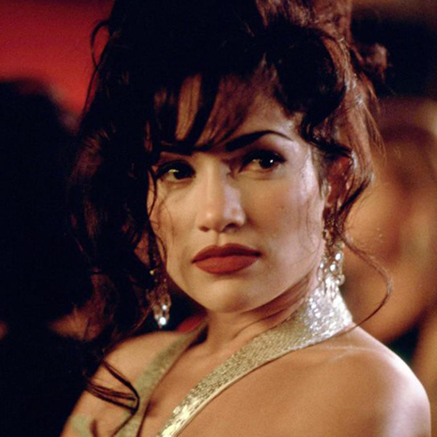 """Jennifer Lopez personificando a Selena Quintanilla, en la película """"Selena"""", de 1997."""