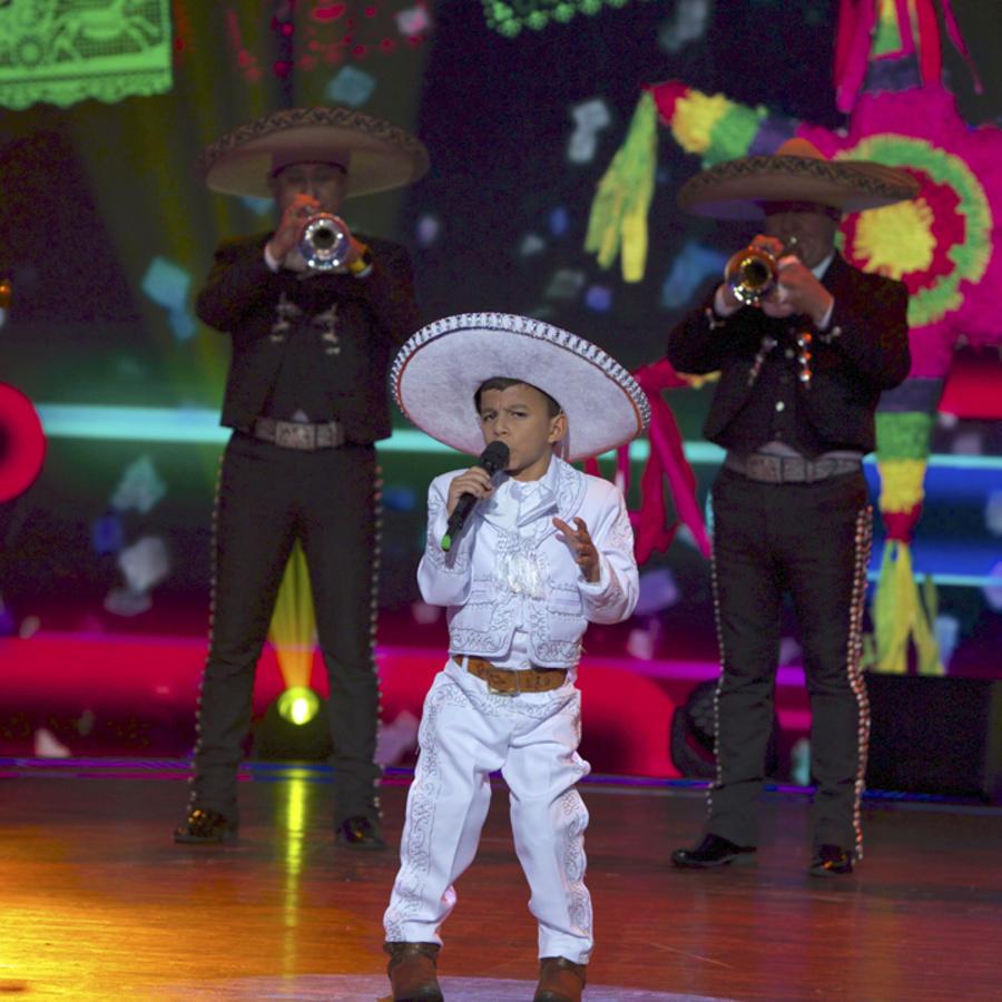 Marlon Yasir Pastor cantando en Siempre Niños