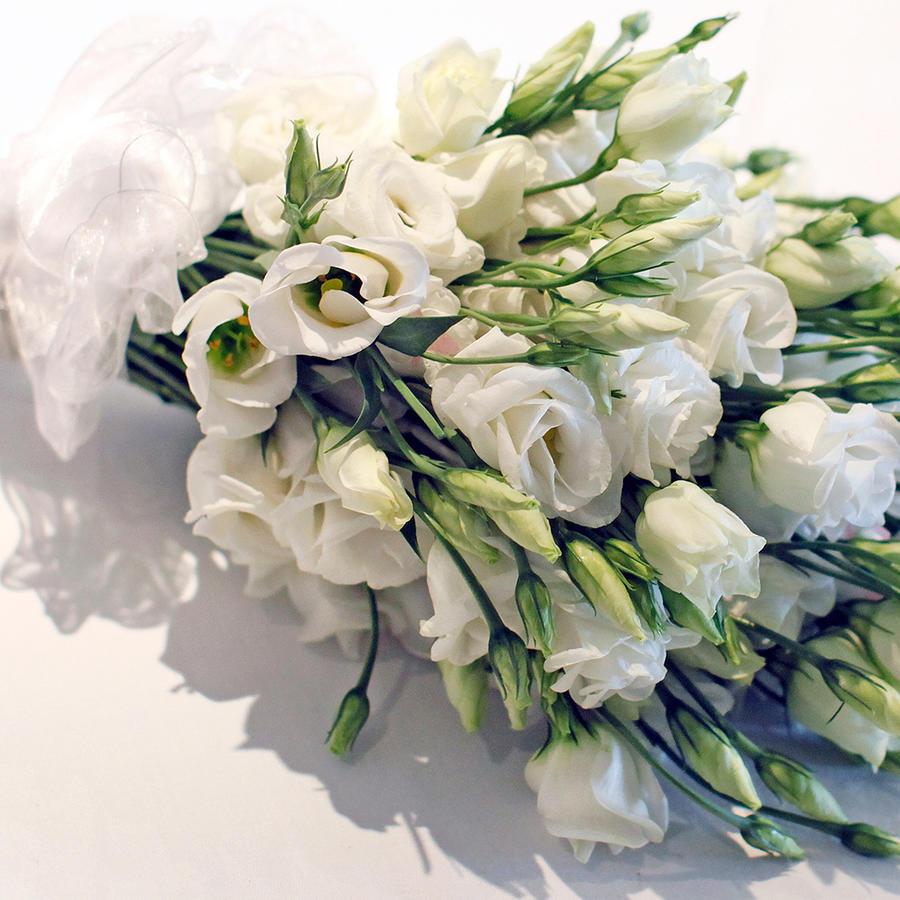 Ramo de bodas hecho con rosas blancas.