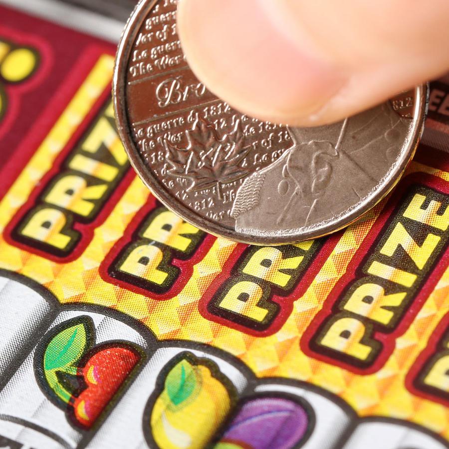 Hombre con billete de lotería