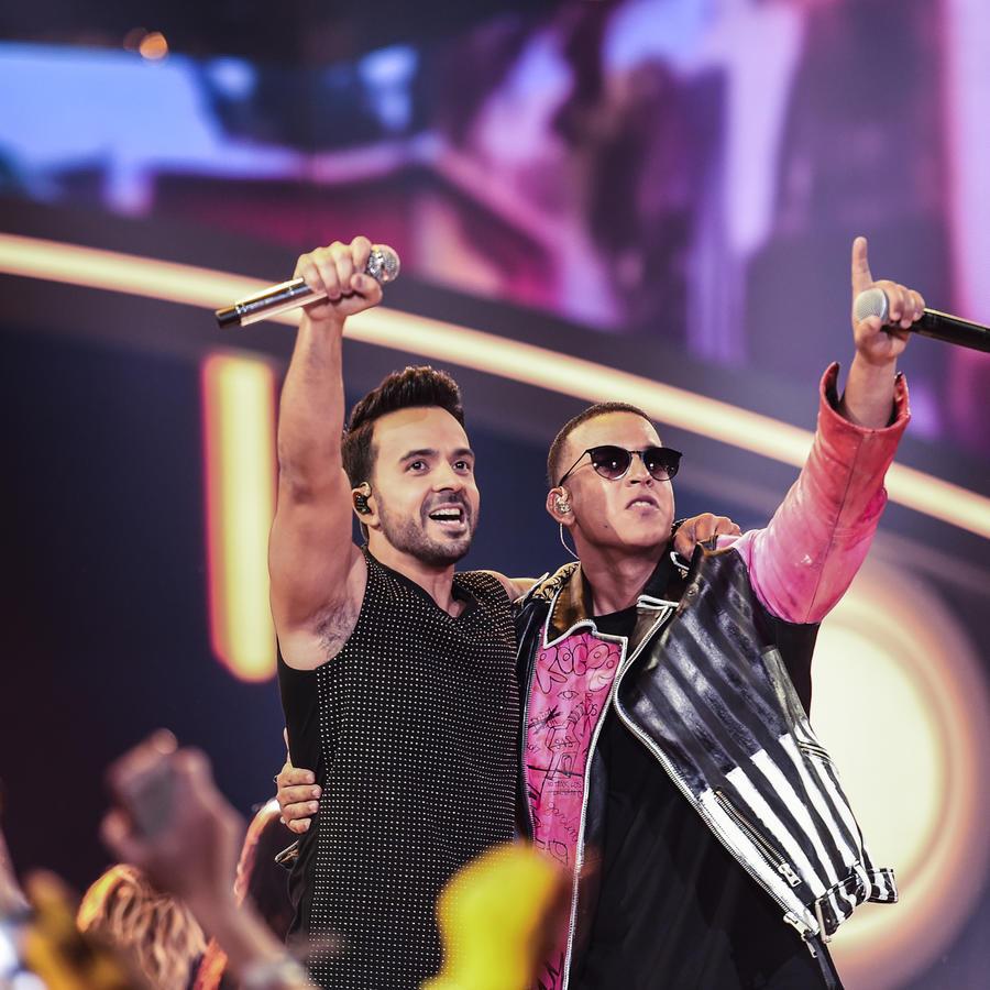 Luis Fonsi y Daddy Yankee cantando Premios Billboard