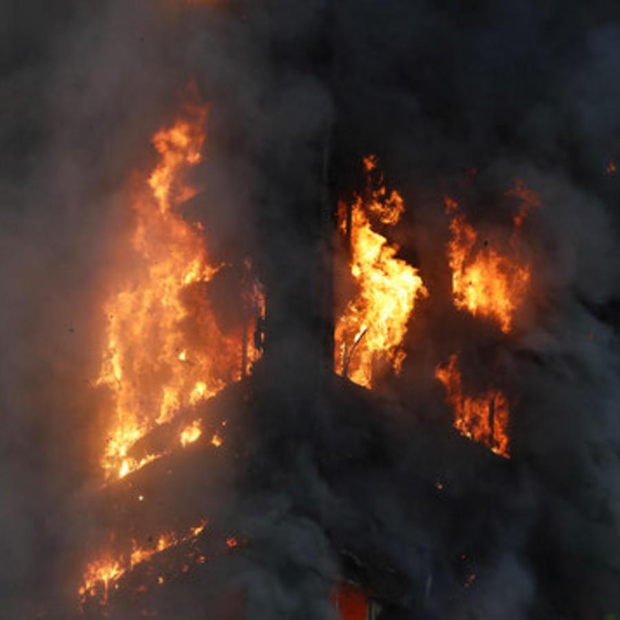 Edificio de 27 plantas arde en Londres