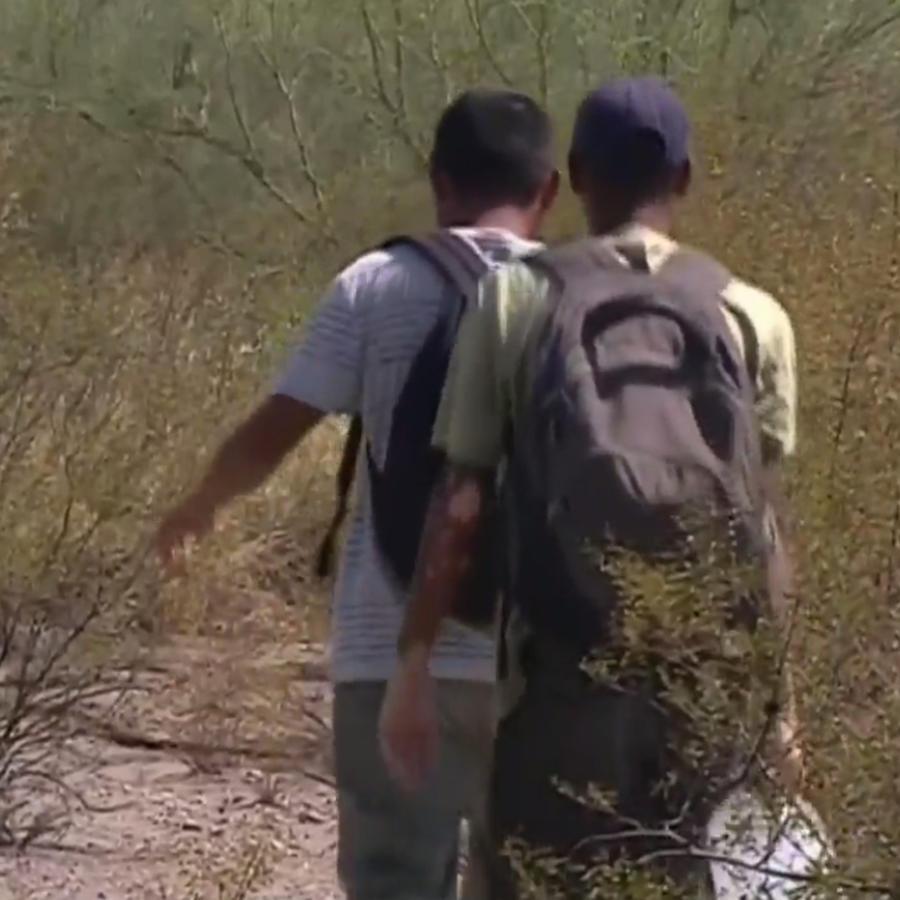 Foto de archivo de inmigrantes cruzando el desierto