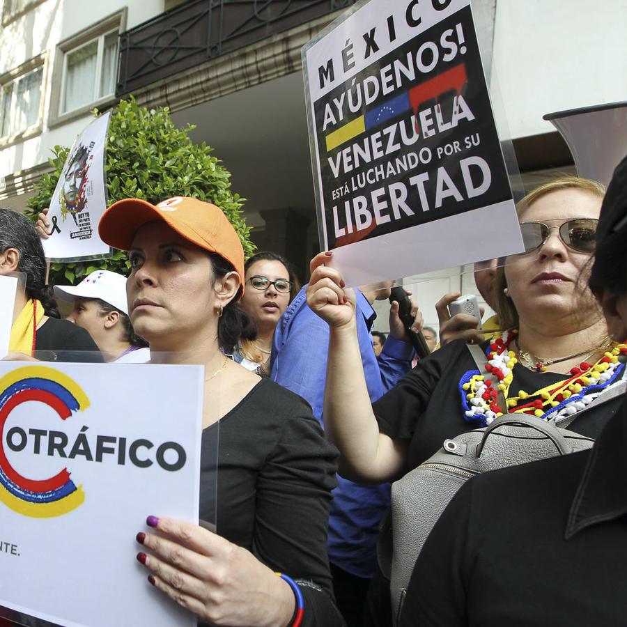 Cientos de venezolanos protestan rodeados de mexicanos que respaldan a Maduro