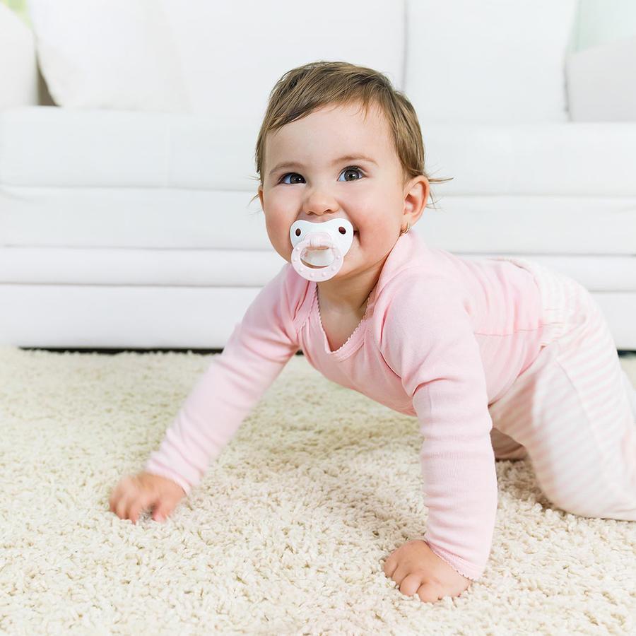 Bebé con chupete gateando