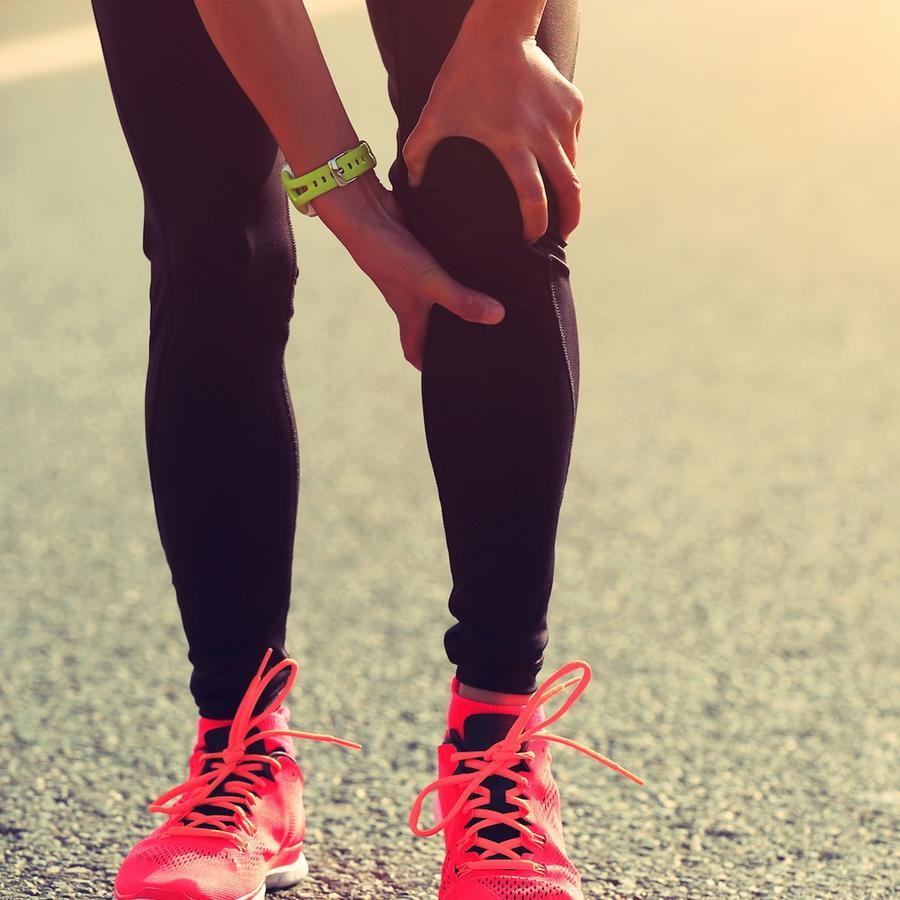 Mujer con dolor en la pierna