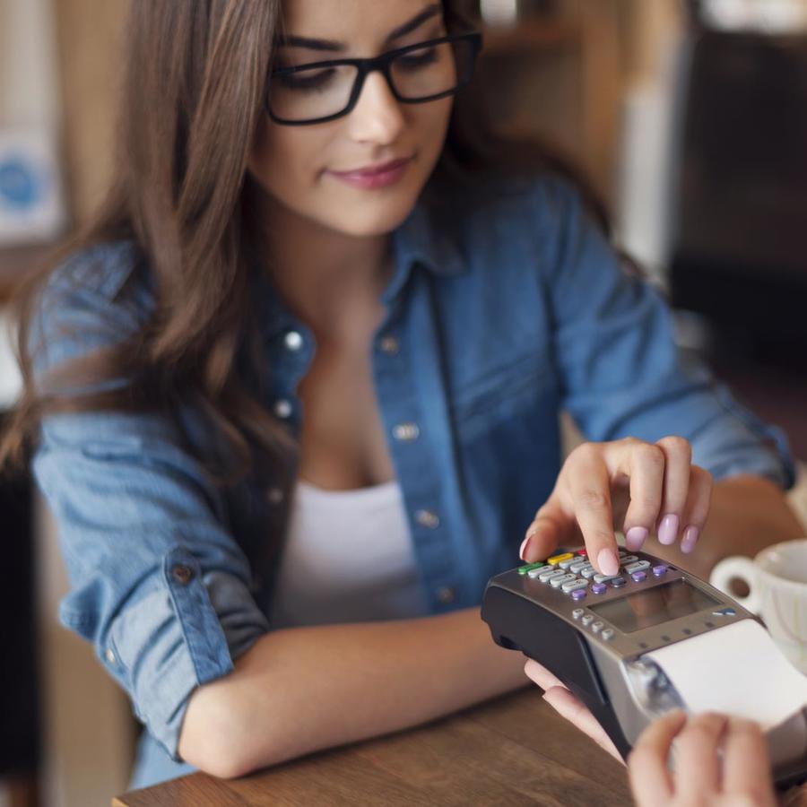 Mujer pagando con tarjeta