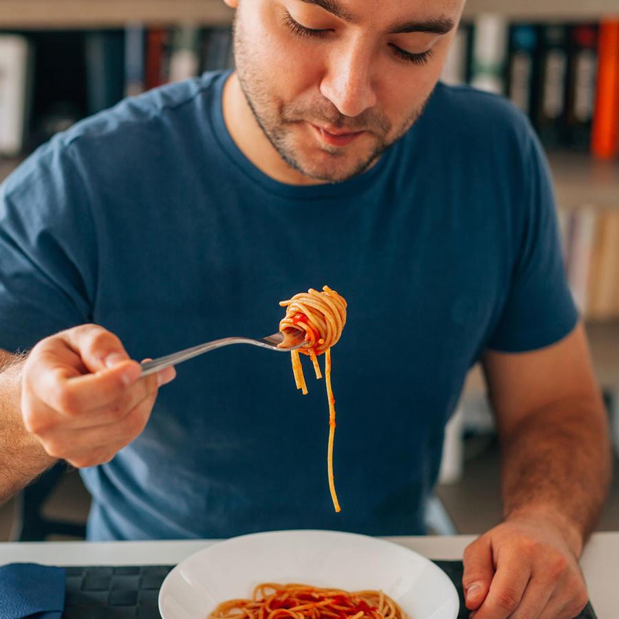 Hombre comiendo pasta