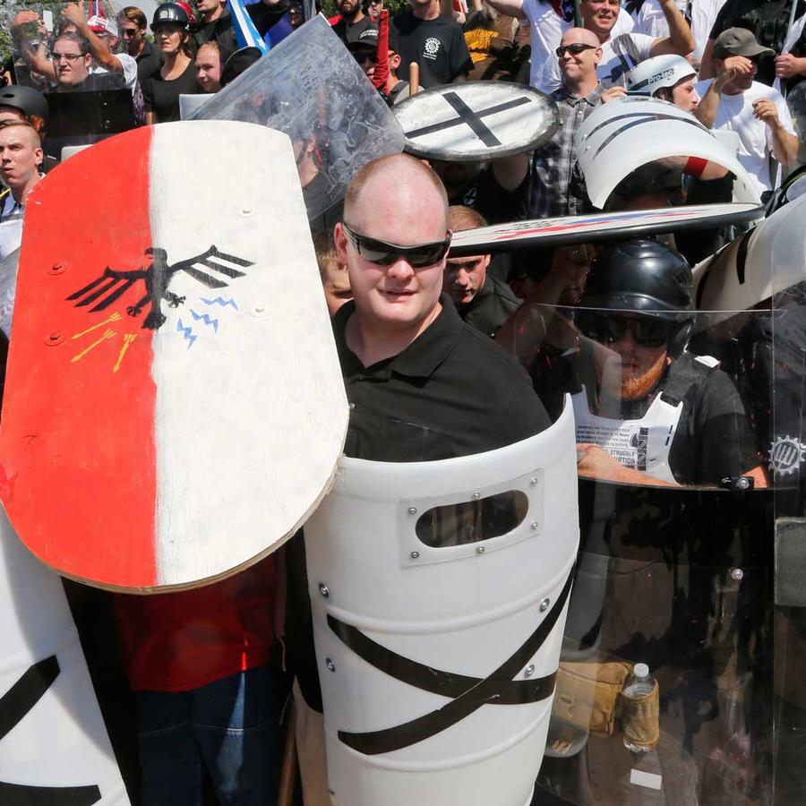 Grupo supremacista en marcha de Charlottesville, Virginia.