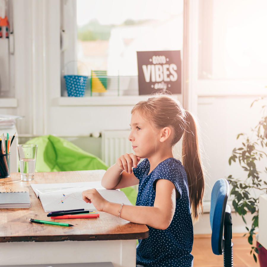 Padre e hija mirándose frente a un escritorio