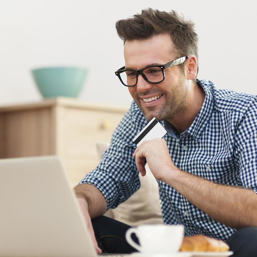 Hombre comprando por Internet