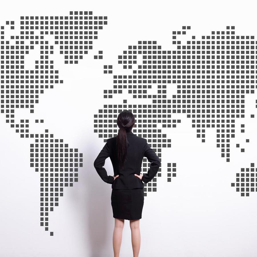 Mujer mirando un mapa del mundo