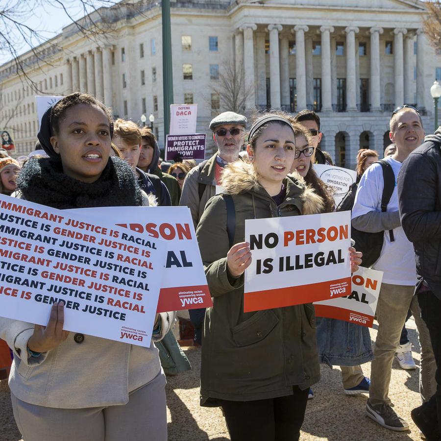 Beneficiarios de la Acción Diferida para los Llegados en la Infancia (DACA, por sus siglas en inglés) y otros jóvenes inmigrantes marchan frente al Capitolio en Washington.