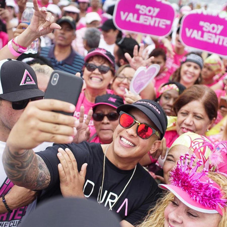 Daddy Yankee marchando con pacientes de cáncer del seno en Puerto Rico.