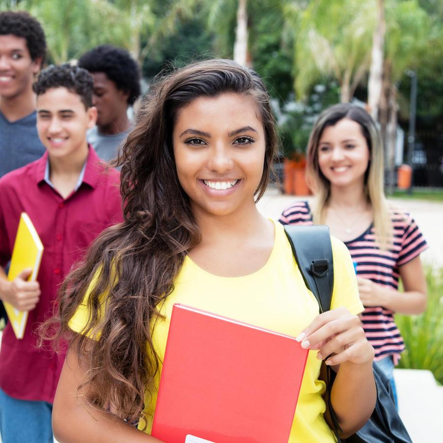 Estudiante hispana y compañeros