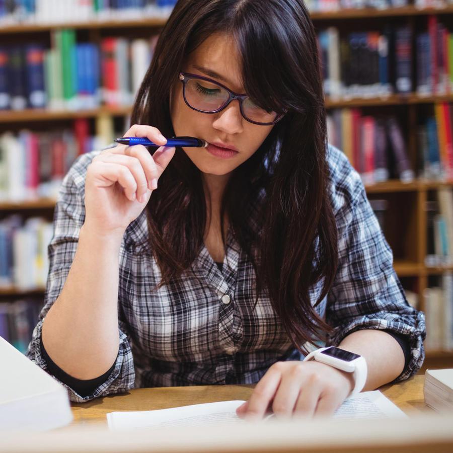 Estudiante leyendo en la biblioteca
