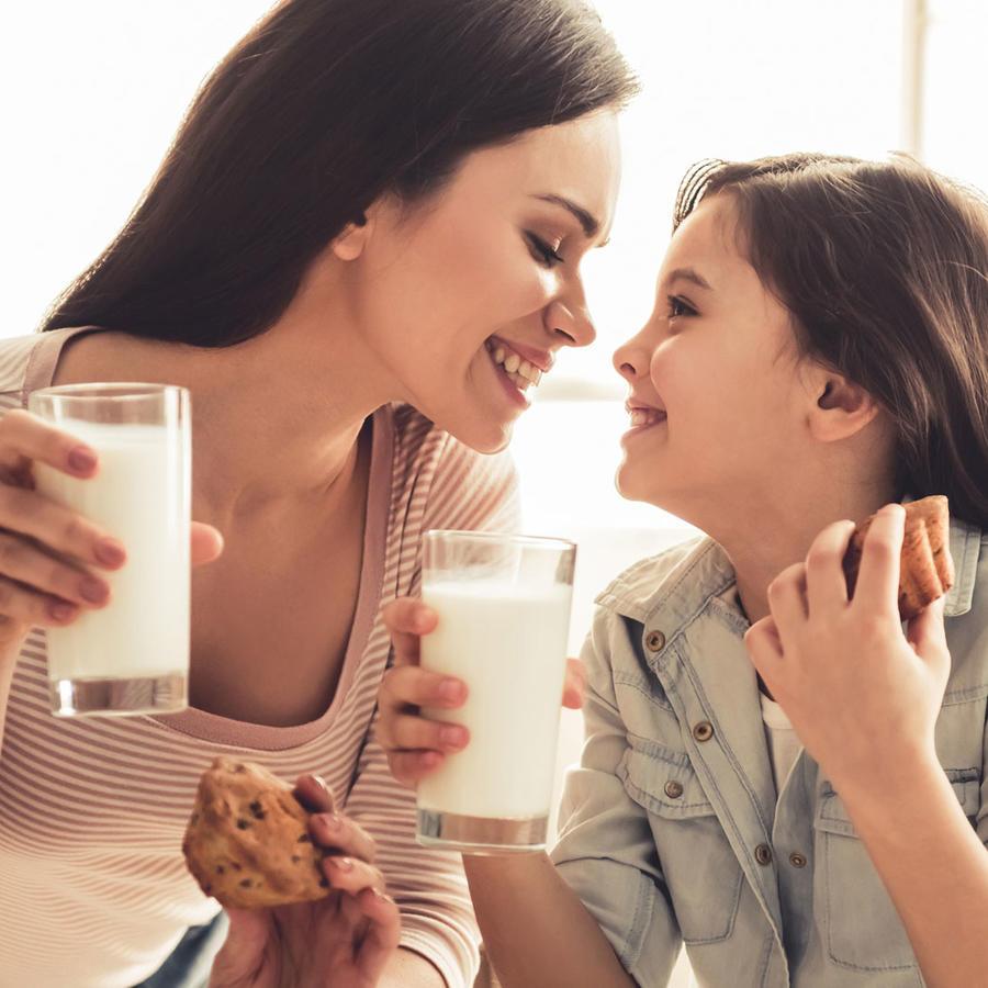 Madre e hija tomando un snack