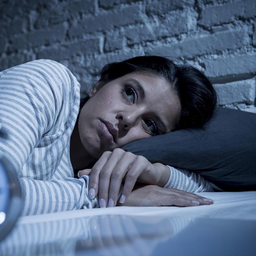 Mujer desvelada en la cama