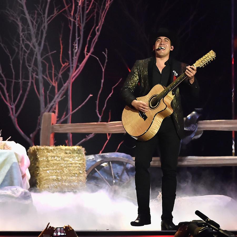 Calibre 50 cantando en el escenario de Premios Billboard