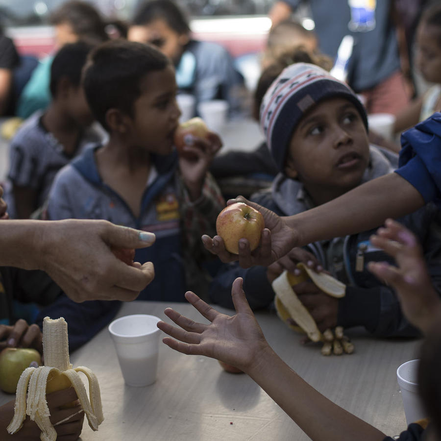 Niños desayunan en el refugio para migrantes Viña de Tijuana AC en Tijuana, México, el sábado 28 de abril de 2018.