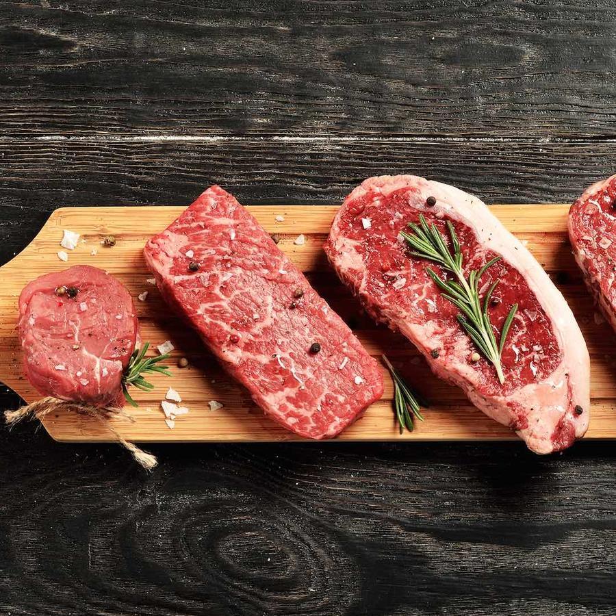 Corte de carne vacuna sobre tabla de madera