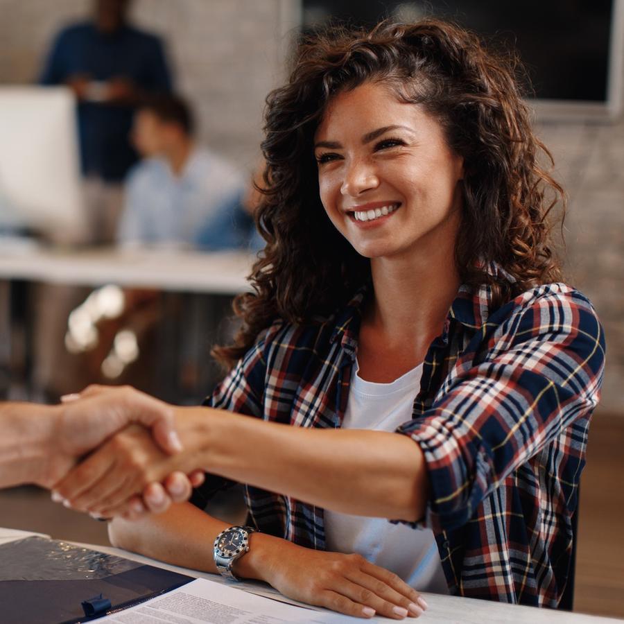 Mujer dando mano en entrevista